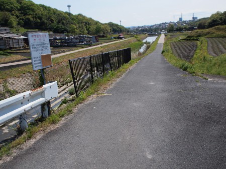 山田川沿いの道