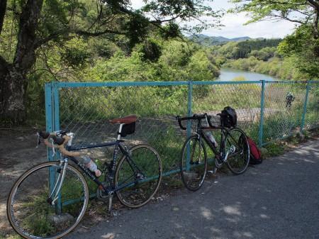 瀬田川沿いのバスロータリーで休憩