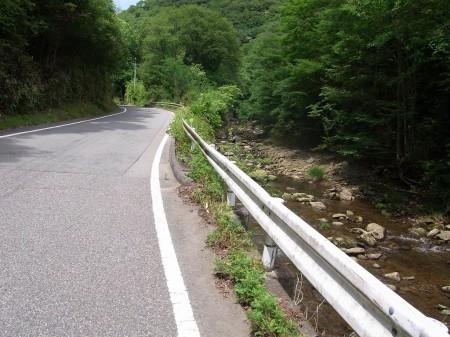 川沿いを登る県道308号線