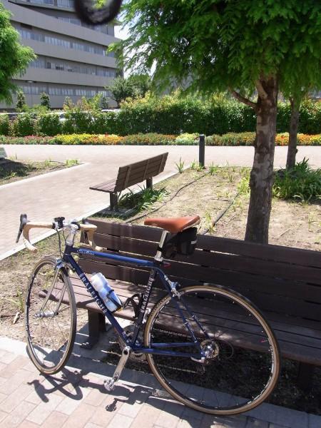関西医大。ベンチが暑い。
