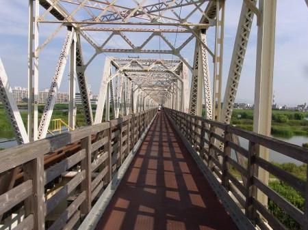 赤川仮橋を渡る