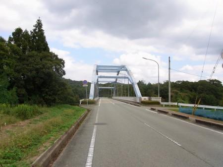 千丈寺湖の真ん中を走る橋