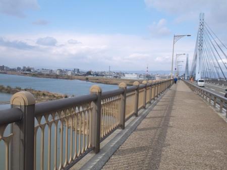 城北大橋を渡る