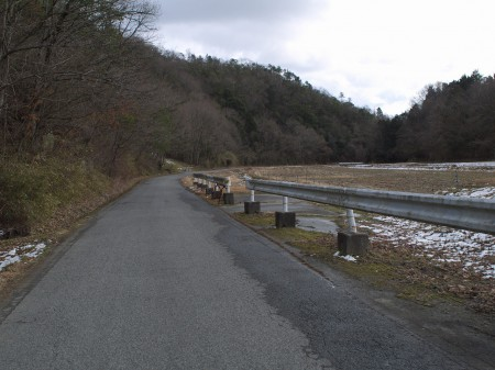 波豆川沿いを走る
