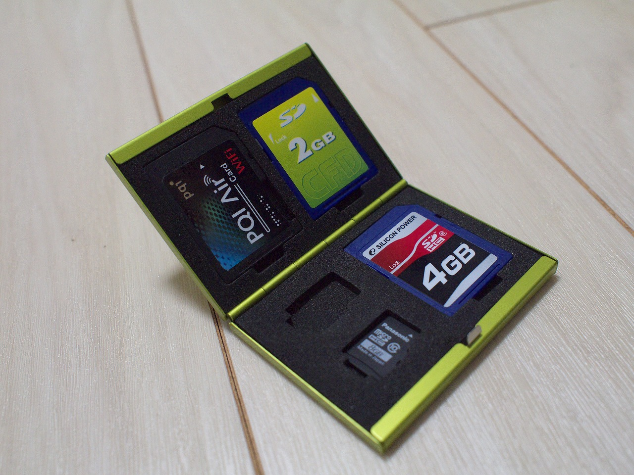 SDカードとmicroSDカードが収納可能