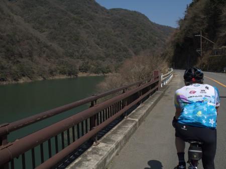 瀬田川沿いを行く