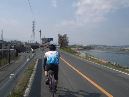 宇治川沿いを走る