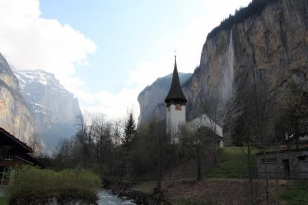 教会とシュタウプバッハの滝