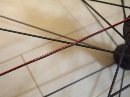 スポーク湾曲!分かりやすく赤い実線を沿わせてみた