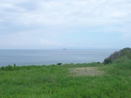 遠くにトンバラ岩を望む