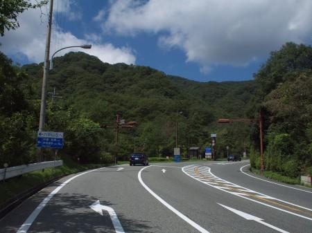 有料道路入口。六甲山は左折。