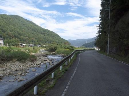 R12に並走する川沿いの道