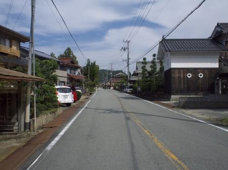 車の少ない街並みを走る