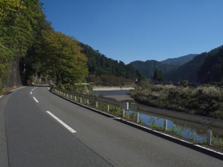 桂川に沿って走る