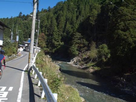上桂川を遡るように走る