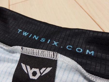 襟元にはTwinsix.com