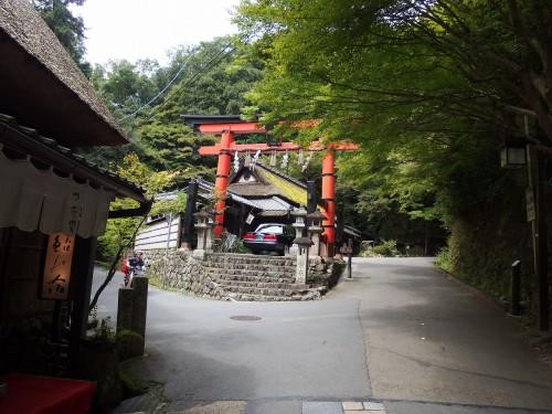 愛宕神社の一の鳥居を左折