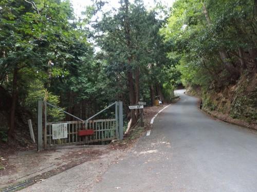 柵の向こうは愛宕林道
