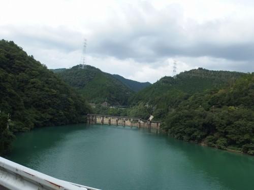 青々としたダムです