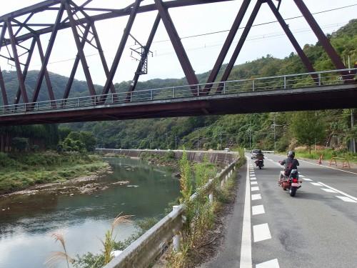 桂川沿いを走る