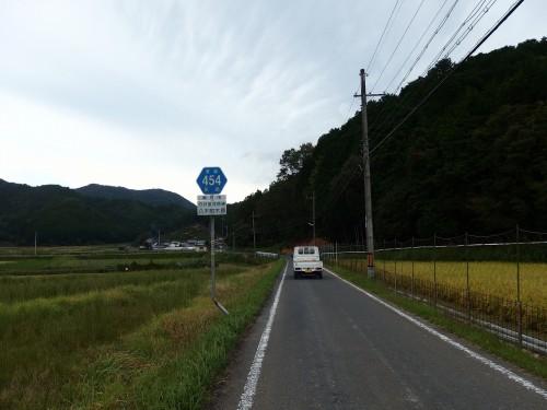 急に農道感のある狭い道へ