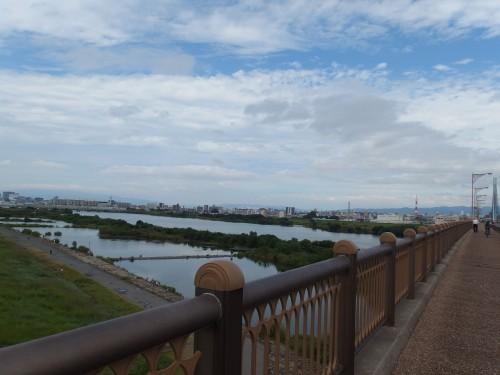 淀川を渡る