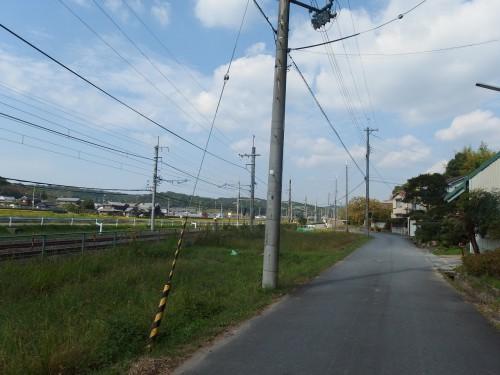 JR線路沿いを走る