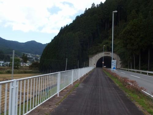 拇坂トンネルを越える