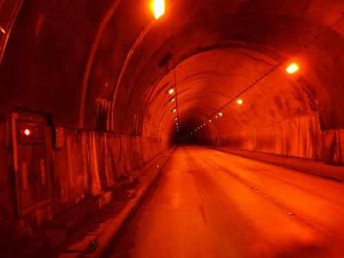トンネルは明るくてよい
