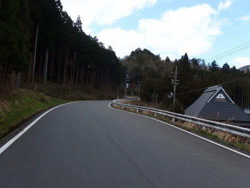 山の裾を走る道