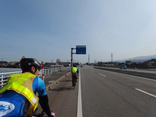 富山の海岸近くを走る