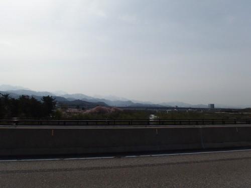うっすらと見えるのは立山かな?
