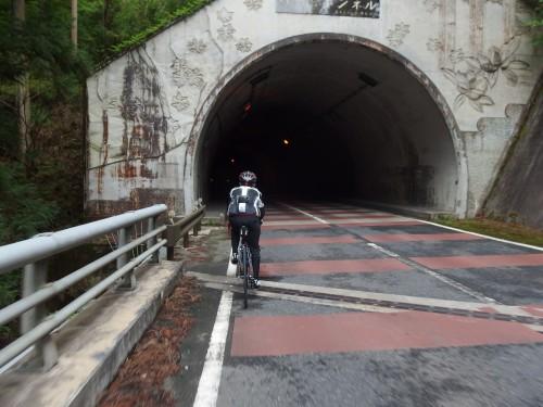 トンネルを通過