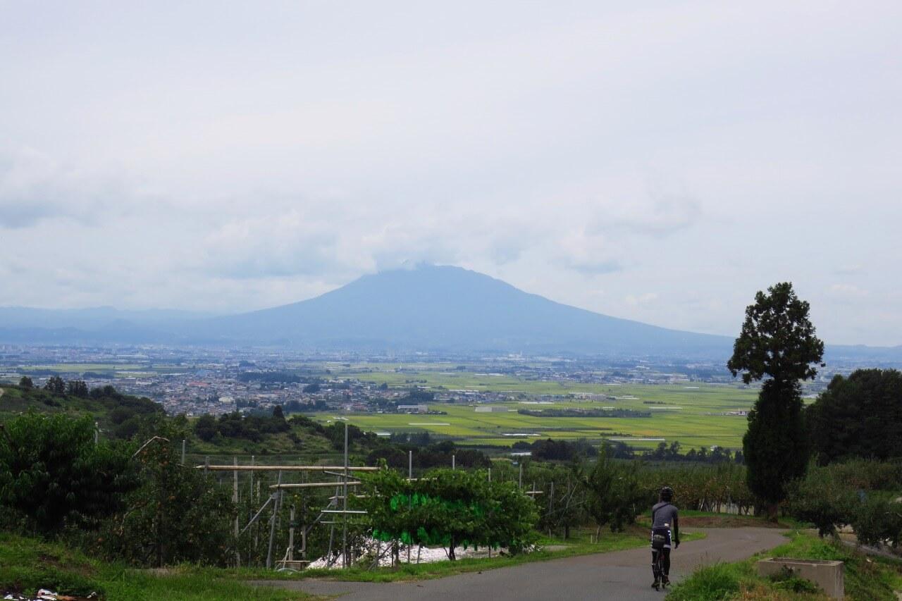 青森・岩木山を望む